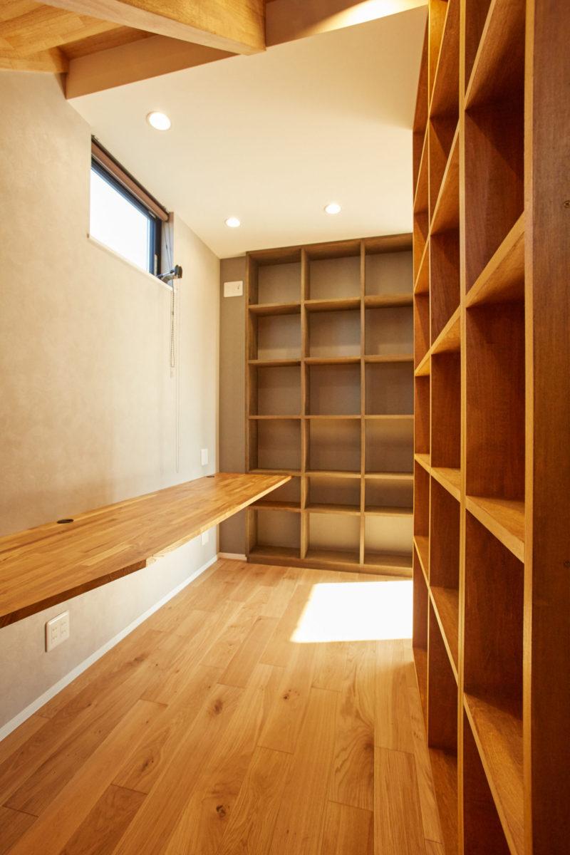 階段下は書斎です
